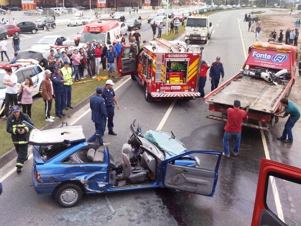 Acidente envolveu moto e dois veículos (Foto: Luiz Carlos de Souza/RBS TV)