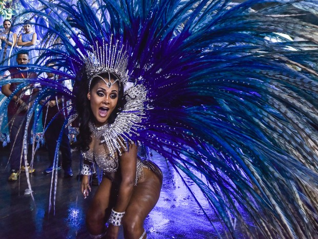 A rainha de bateria da Pérola Negra, a angolana Carmen Mouro, na concentração antes do desfile (Foto: Flavio Moraes/G1)