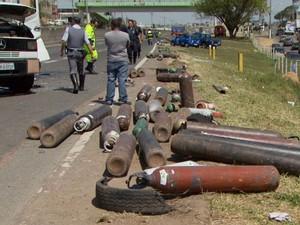 Caminhão capota na Santos Dumont e bloqueia trânsito em Campinas (Foto: Reprodução EPTV)