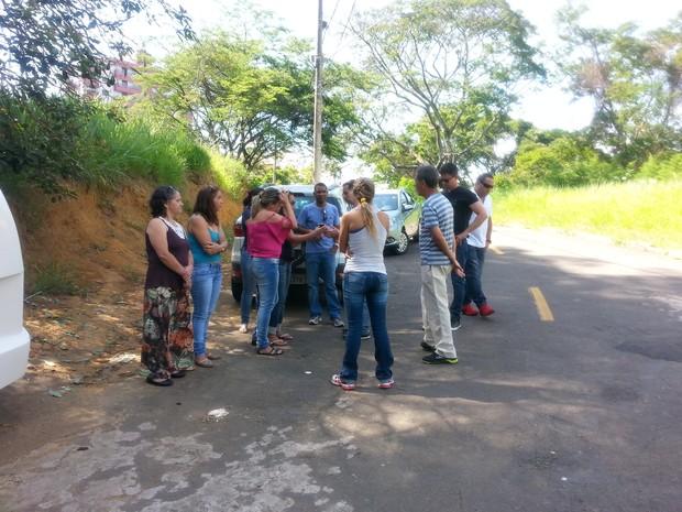 Parentes aguardam no lado de fora do IML  (Foto: Mariane Sequeto/G1)