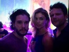 Grazi e Selton Mello posam com Kit Harington, de 'Game of Thrones'