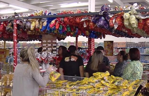Ovos de páscoa vendidos em supermercado de Goiânia, Goiás (Foto: Reprodução/TV Anhanguera)