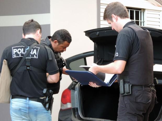 Polícia Civil, em conjunto com o MPE, realizou diligências nas casas dos envolvidos para o cumprimento de mandados judiciais de busca e apreensão (Foto: Wellington Roberto/G1)
