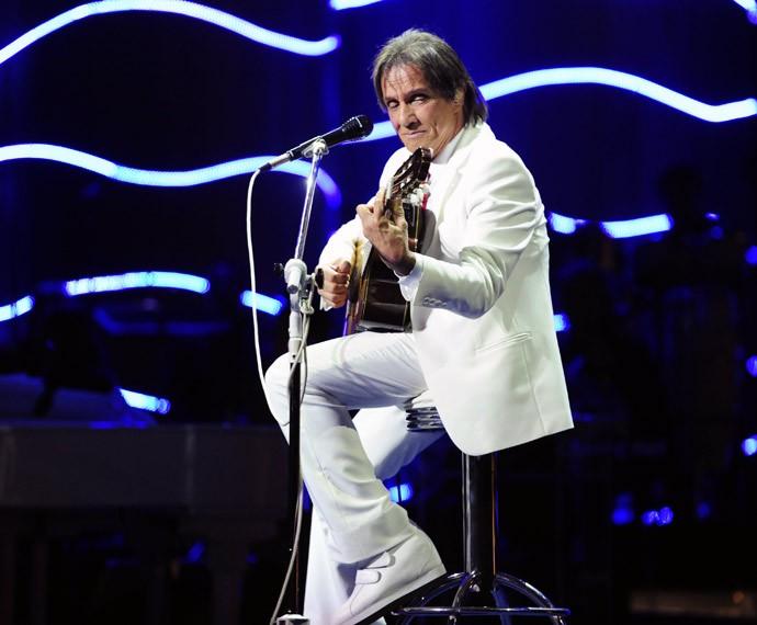 Roberto Carlos ao violão (Foto: Globo)