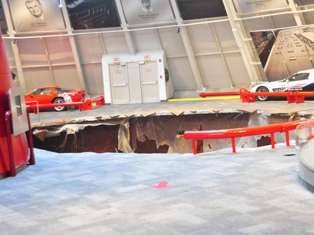 Buraco no Museu do Corvette tem cerca de 10 metros de profundidade, dizem bombeiros (Foto: National Corvette Museum)
