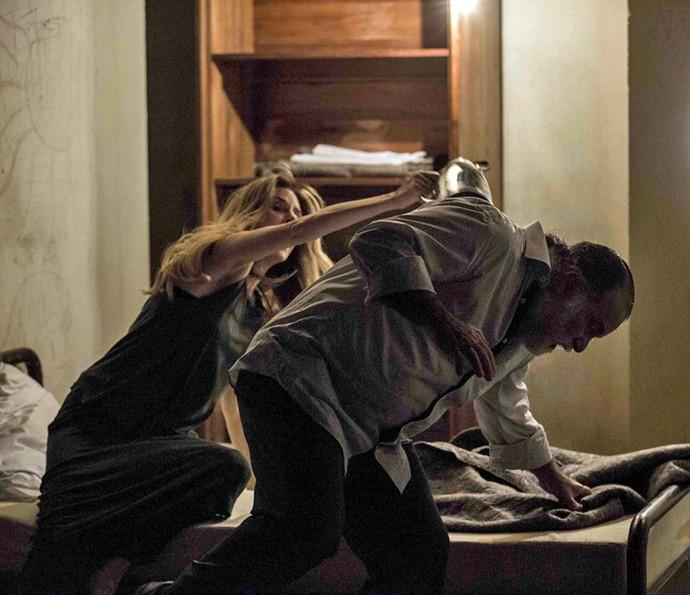 Kiki luta com Zé Maria para fugir de cativeiro (Foto: Inácio Moraes)