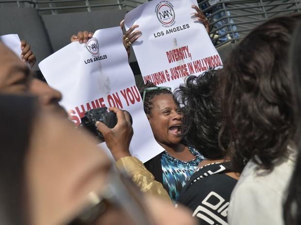 Manifestantes protestam contra a falta de representatividade no Oscar 2016 (Foto: Stuart Palley/Reuters)