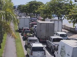 Fila da travessia entre Santos e Guarujá chegou a duas horas (Foto: G1)