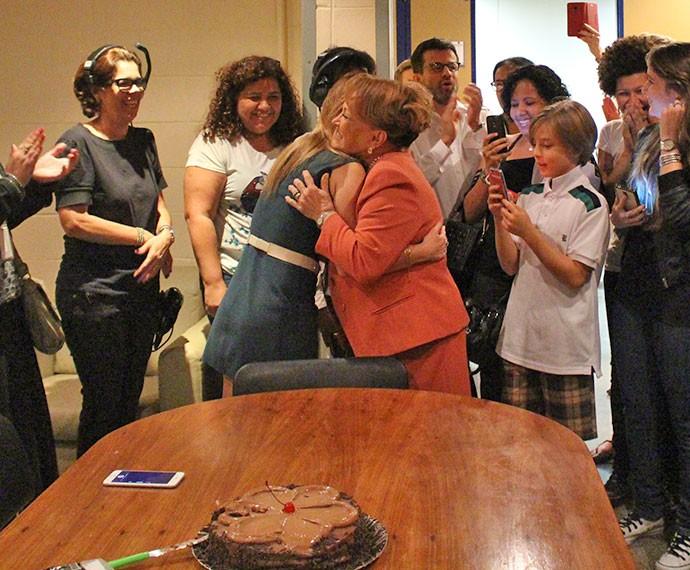Nicette Bruno, que interpreta Izabelita, ganhou o primeiro pedaço do bolo (Foto: Marcela Velloso/Gshow)