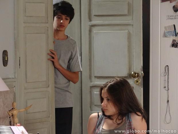 Olha o fora! Vitor o maior toco de Clara (Foto: Malhação/TV Globo)