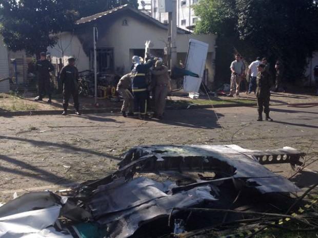 Aeronave pegou fogo após cair em cima de casa (Foto: Caroline Mafra/ RPC TV)