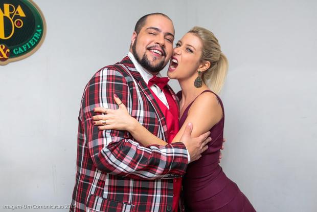 Luiza Possi beija Tiago Abravanel (Foto: Manuela Scarpa/Photo Rio News)