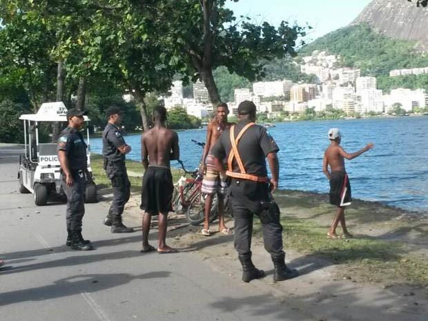 Policiais abordam e fazem revistas na orla da Lagoa Rodrigo de Freitas (Foto: Victor Kling/TV Globo)