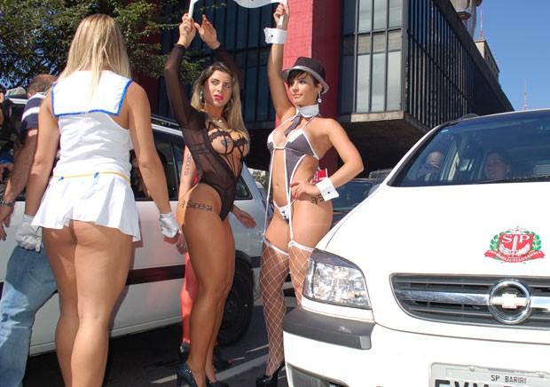 Ana Paula Minerato e Babi Rossi erguem faixa entre os carros em frente ao Masp (Foto: Fábio Tito/G1)