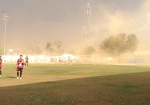 Começo do jogo foi marcado por chuva e ventania em Porto Nacional (Foto: Vilma Nascimento/GloboEsporte.com)