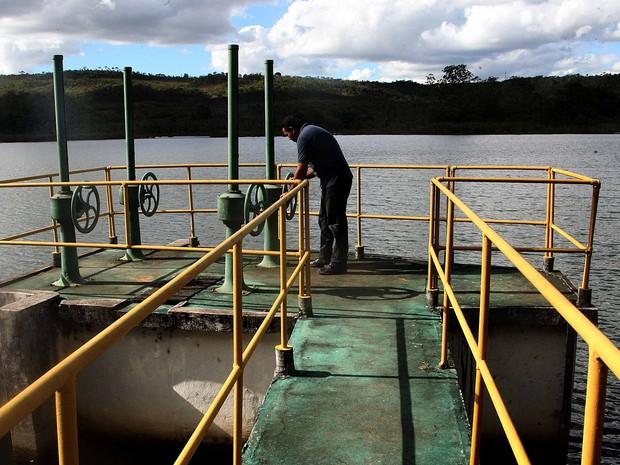 Funcionário trabalha na Barragem do Torto, em Brasília, um dos reservatórios que abastecem o Distrito Federal (Foto: Toninho Tavares/Agência Brasília)