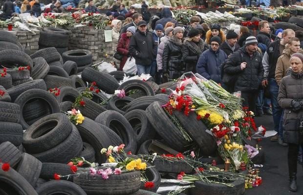 A Praça de Kiev se transformou em memorial às vítimas mortas nos protestos (Foto: EFE/Sergey Dolzhenko)