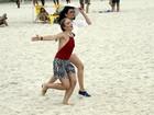 Angélica corre alegre na praia em gravação com Monica Iozzi