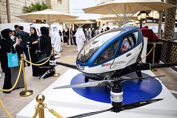 À LA JETSONS O EHang184 está sendo testado em Dubai, onde pode ser usado como meio de transporte a partir do segundo semestre (Foto: AFP PHOTO/STRINGER)