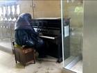 Morador de rua toca piano no metrô e comove passageiros na Inglaterra