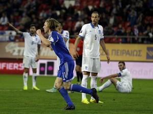 Joan Edmundsson comemora, Grécia x Ilhas Faroe, Elminatórias da Euro (Foto: Agência AP)