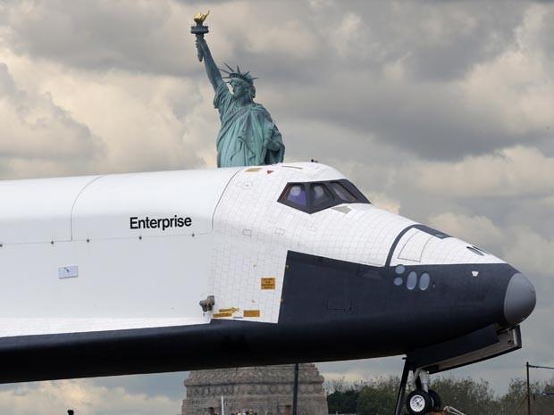 Enterprise com a Estátua da Liberdade ao fundo (Foto: Reuters/Mike Segar)