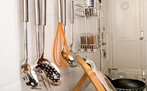 Cozinha organizada ganha charme com utensílios e ingredientes à mostra