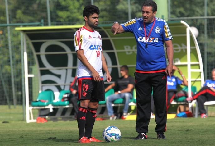 Vanderlei Luxemburgo conversa com Arthur Maia durante o treino (Foto: Gilvan de Souza / Flamengo)