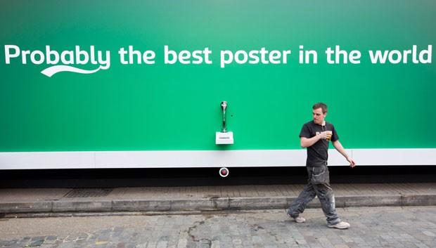 Outdoor faz sucesso ao oferecer cerveja de graça a passantes (Foto: Justin Tallis/AFP)