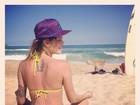 Isabelli Fontana posa de biquíni comportado em dia de Natal na praia