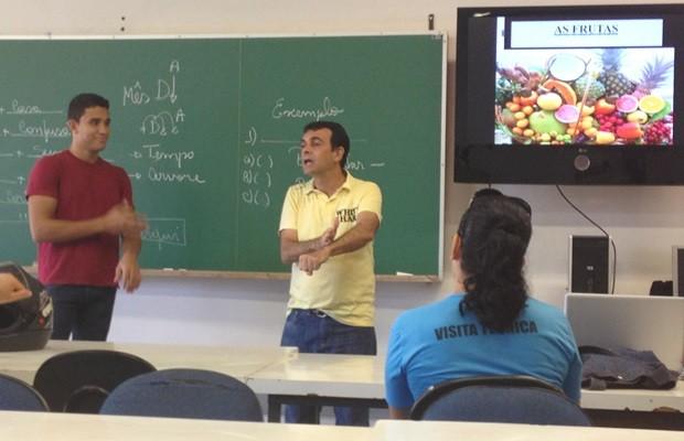 Professor surdo se comunica com alunos durante aula no IFG, em Goiânia (Foto: Fernanda Borges/G1)
