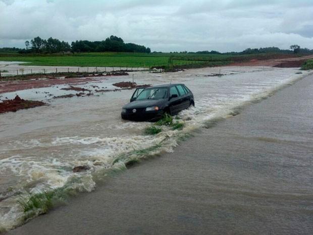Água tomou conta da pista e bloqueou o trânsito em Tapes (Foto: Divulgação/PRF)