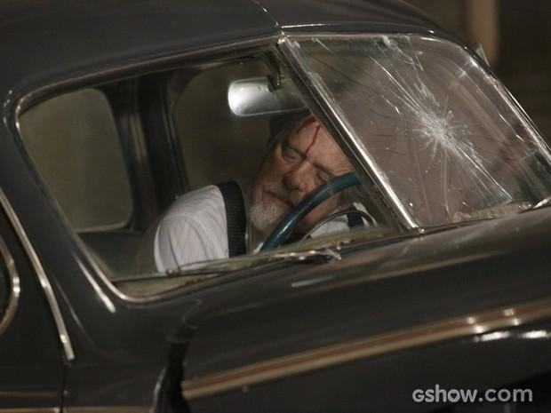 Após perseguição, Ernest bate de carro e fica gravemente ferido (Foto: Fábio Rocha/TV Globo)