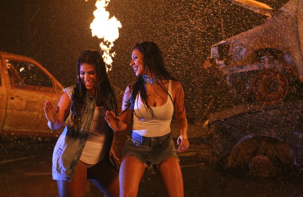 As irmãs Simone & Simaria distribuindo sensualidade no clipe de 'Loka' (Foto: Ana Lidia Moraes/Divulgação)