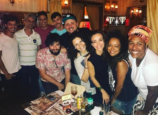 Atrizes posam entre amigos em restaurante de São Paulo (Foto: Reprodução/Instagram)