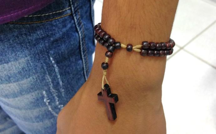 Cairo leva como amuleto o seu terço de pulso, dado pela mãe, Elma Batista (Foto: Luana Daubian)