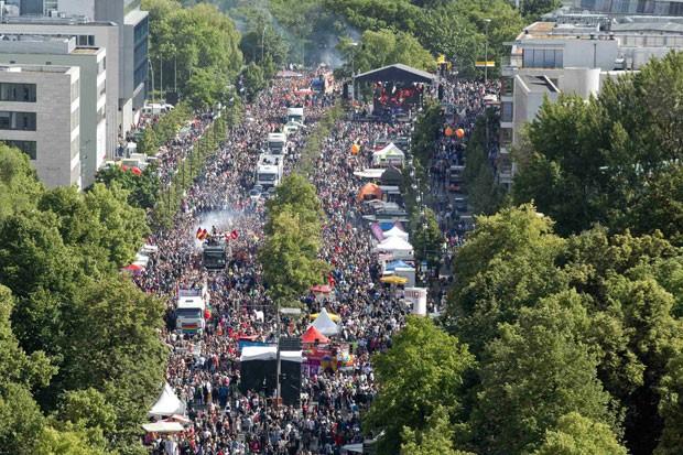 Vista aérea de Berlim neste sábado (21), durante desfile do dia do Orgulho Gay (Foto: Axel Schmidt/Reuters)