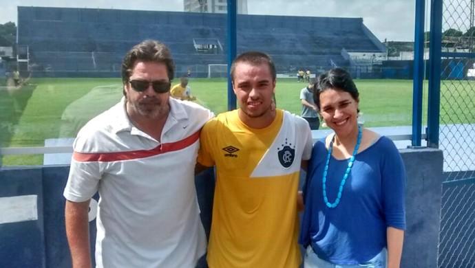 Gabriel Proença e os pais, Ivan e Edwirvirgem (Foto: Arquivo Pessoal)