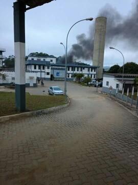Fumaça pode ser vista na área externa (Foto: Arquivo pessoal)