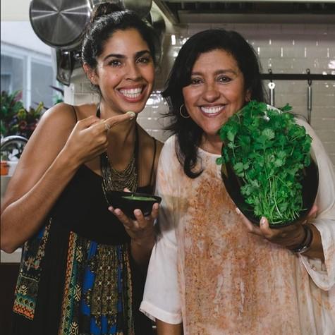 Regina Casé e Bela Gil gravando 'Um pé de quê?' (Foto: Divulgação)