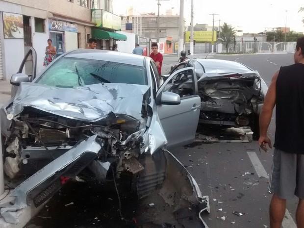 Carro bate em dois veículos e acerta poste no Espírito Santo (Foto: Carlos Henrique Rangel/ VC no ESTV)