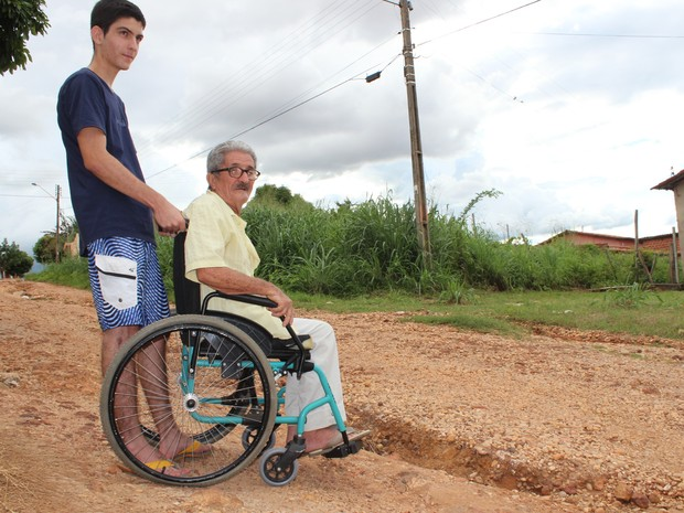O aposentado Agostinho de Sousa reclama da falta de pavimentação e acessibilidade na rua (Foto: Patrícia Andrade/G1)