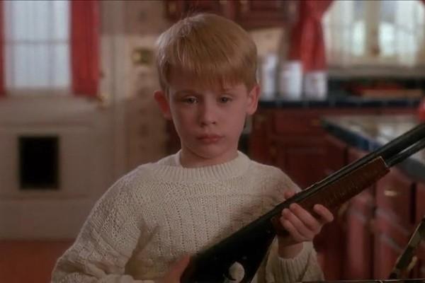 Macaulay Culkin como Kevin McCallister em cena de Esqueceram de Mim (1990) (Foto: Reprodução)