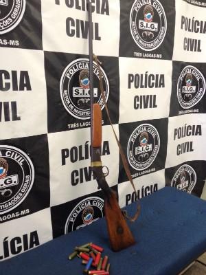 Espingarda foi apreendida na casa de idoso suspeito de estuprar grávida de 8 meses (Foto: Divulgação/ Polícia Civil MS)