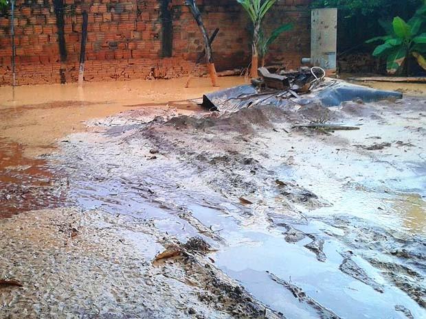 Imóveis no bairro da Areia Branca foram atingidos pela lama (Foto: Alex Barreto / Cedida)
