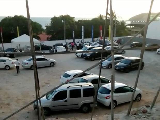 Quase 60 carros foram deixados no estacionamento da boate (Foto: Capitão Styvenson Valentim/G1)
