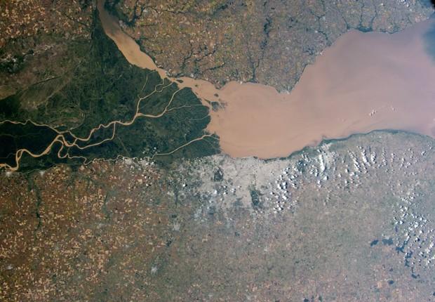 O rio Paraná, o segundo maior da América do Sul, carrega água de tonalidade marrom para o rio da Prata, em imagem feita pelos astronautas da Estação Espacial Internacional (Foto: NASA)