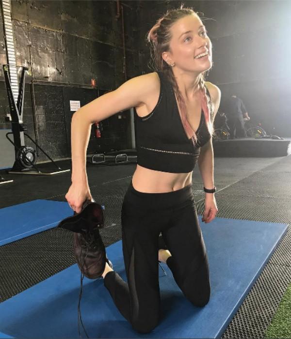 Amber Heard em clique fitness em seu perfil do Instagram (Foto: Reprodução/ Instagram)