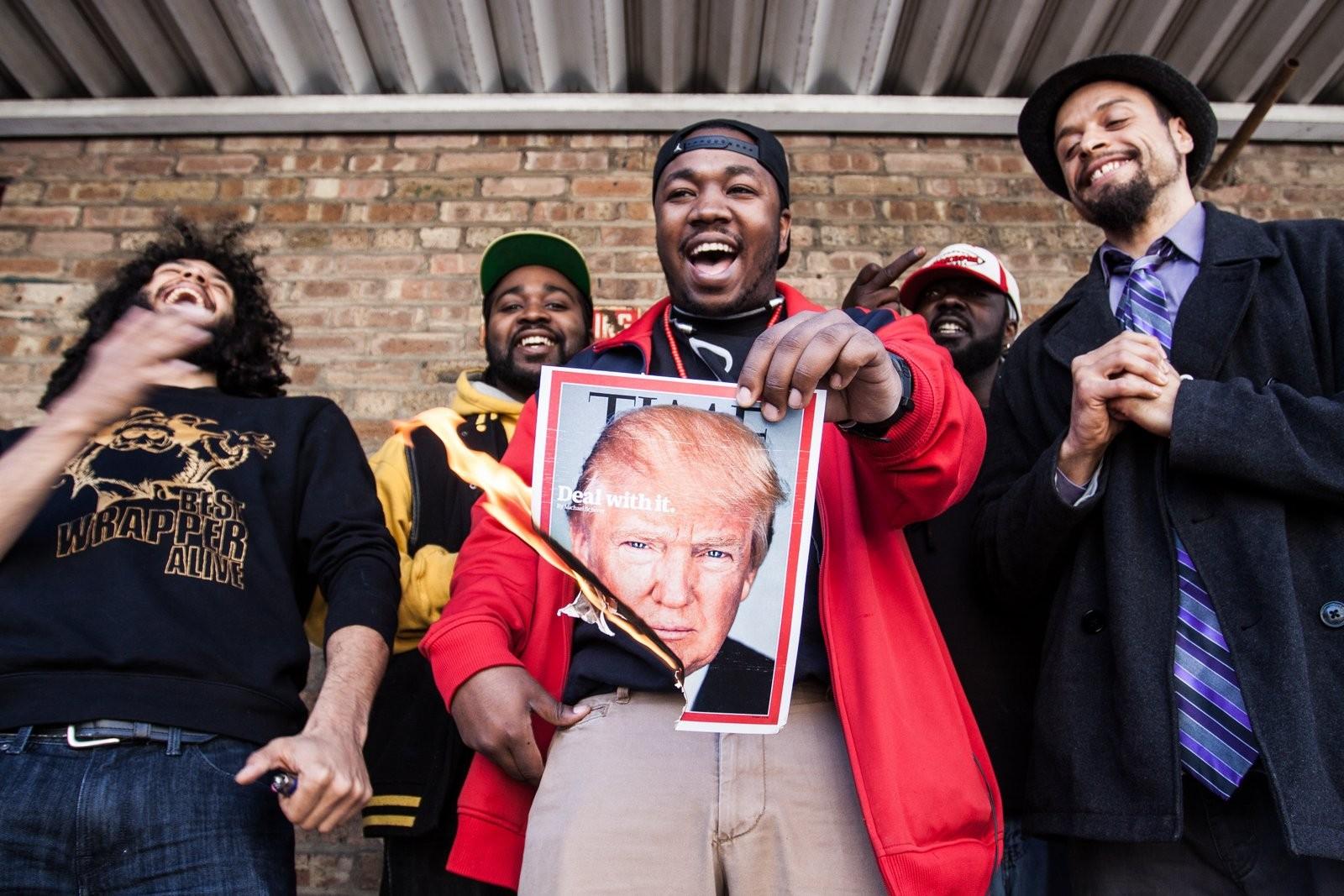 Rappers de Chicago mostrando sua opinião (Foto: David Tesinsky)