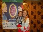 Fernanda Rodrigues e Fernanda  Pontes levam filhas ao teatro